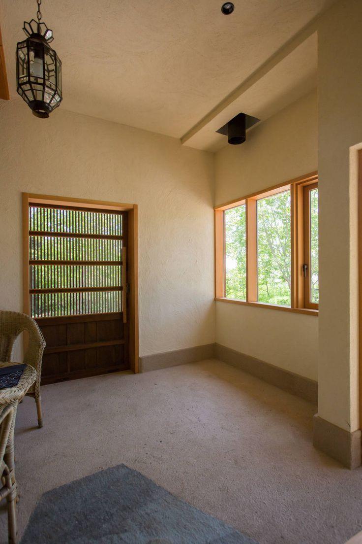 有限会社中村建築事務所 の オリジナルな 壁&床 大泉の舎‐土間のある玄関