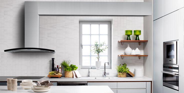 Ett snyggt, skandinaviskt inrett kök med slät, naturlig bas och grönt som accentfärg. Kreativ fläktlösing med unik design. #fjaraskupan #index #skandinaviskdesign #modernt