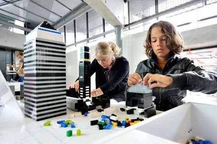 DoeDek bij het NAi Rotterdam. Bouwen met lego, ook leuk voor grote mensen