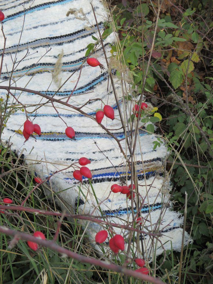 Cesta pro svatého Martina 50x200 cm osnova šestivláknová nebělená bavlněná kobercová útek tkalcovský ořez a tričkovina s prostěradlovinou Dlouhý hutný chlupatý běhoun k posteli i pod stůl.