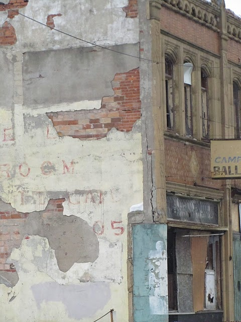 i love peeling, layered brick/paint walls. [in italy, they paint over the graffiti in swatches of similar colors, but it's never exact, and these gorgeous layers build up. i hated it at first but it grew to be one of the things i miss/appreciate most.]