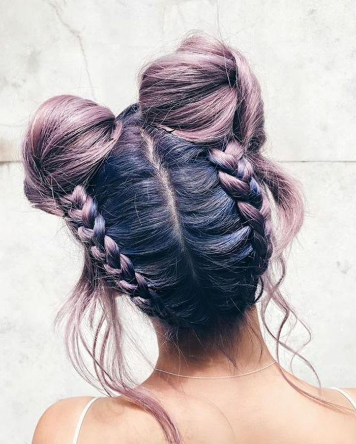 tresse africaine macarons, quelques mèches lachés, cheveux couleur violine et rose, idée de coiffure avec tresses extravagante et colorée