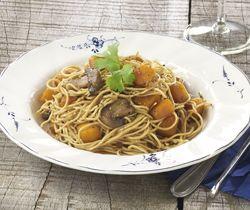 Noedels met champignons en pompoen in de wok