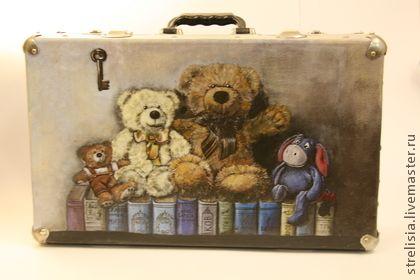 """Чемоданы ручной работы. Ярмарка Мастеров - ручная работа чемодан """"Друзья в библиотеке"""". Handmade."""