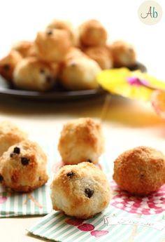 Biscotti Morbidi al Cocco e Cioccolato senza farina ne burro, e facilissimi oltre che veloci. Si possono anche mettere nei pirottini cosi son più facili da servire.