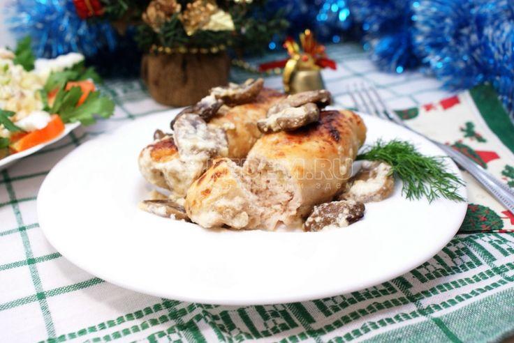 Выбираете, какие горячие блюда на Новый год сделать в этот раз, чтобы угодить всем и создать праздничное настроение? Порадуйте гостей вкусным блюдом, приготовив куриные рулетики с грибами и сыром.