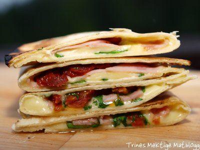 » Quesadillas med ruccula, ost, skinke og soltørket tomat