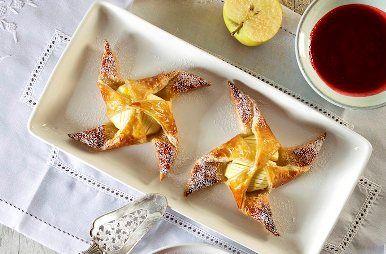 Bij deze bladerdeeggebakjes met appel, marsepein, calvados en frambozencoulis waan je je in een sterrenrestaurant. Een streling voor het oog én de tong!
