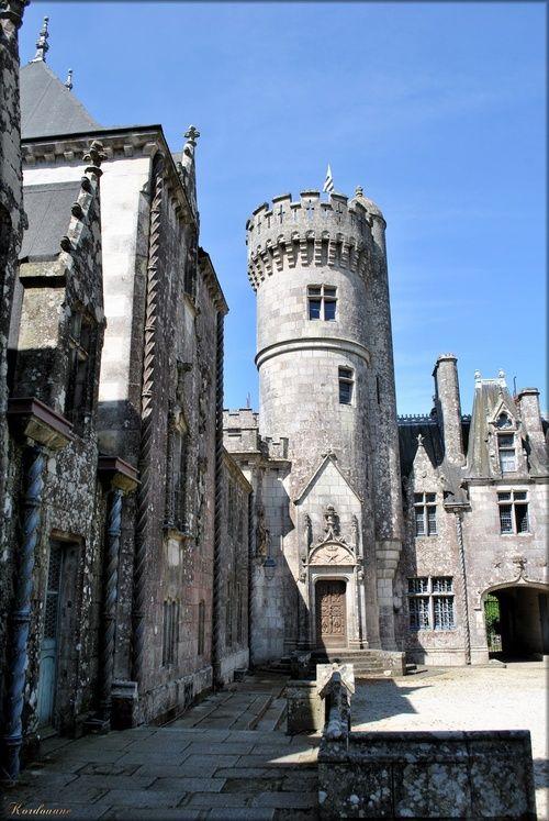 le donjon.Château de Keriolet. Finistère. Bretagne