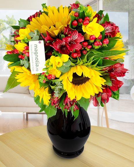 Buchet de vara cu floarea soarelui, frezii si alstroemeria.    Summer bouquet with sunflower, freesias and Peruvian lilies.