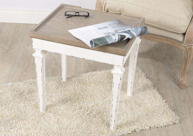 Bout de canapé Gustave. Ce petit meuble en bois remplira parfaitement son rôle de mobilier d'appoint en tant que bout de canapé ou table de nuit. Une structure patinée contrastant avec un plateau teinté en bois participeront à rendre plus chaleureuse votre décoration de chambre.