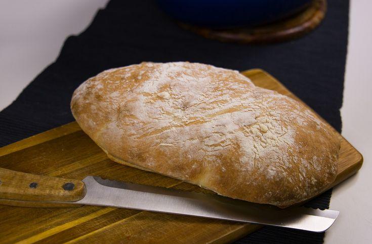 Ett grymt gott bröd som du snabbt och enkelt slänger ihop med få ingredienser. På bara en timme har du ett nybakat bröd serverat. Inget ska knådas eller jäsas långa stunder och JA brödet smakar underbart! Perfekt när du snabbt vill ha ett gott bröd till frukost eller som tillbehör till maten. Billigt och gott bröd utan mejeriprodukter. 1 brödlimpa 3 dl varmt vatten (inte kokhett) 1 msk socker 1 tsk salt 2 tsk torrjäst Ca 7-8 dl vetemjöl TIPS! Jag rekommenderar att du använder torrjäst till…