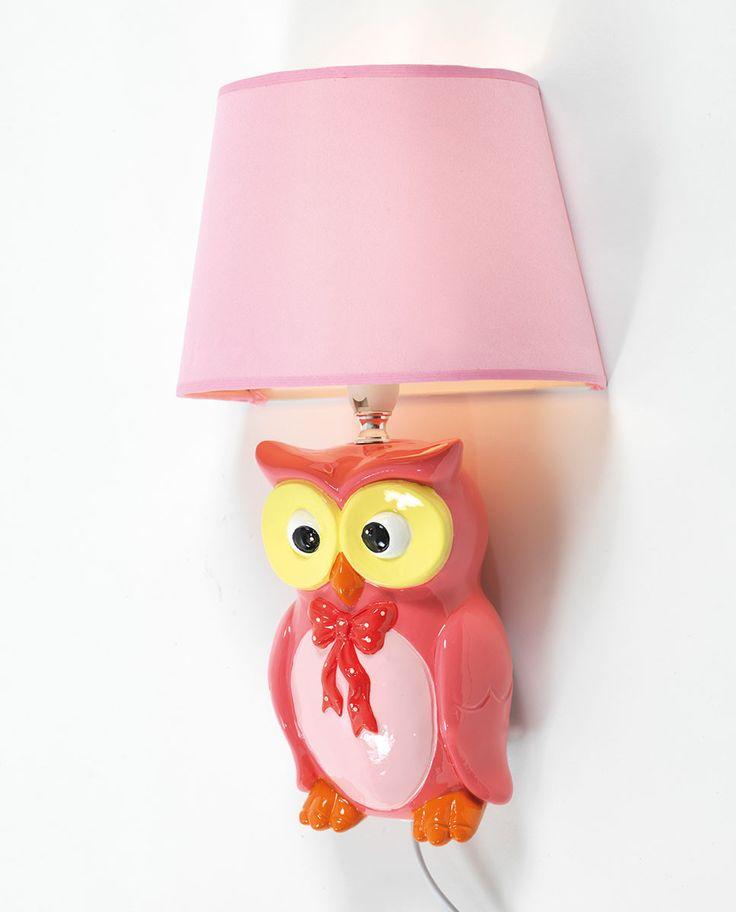 Ea Belysning står bak denne kjempesøte vegglampen i malt gips. Lampen har form som en morsom ugle i rosa og gult med sløyfe og en rosa skjerm.