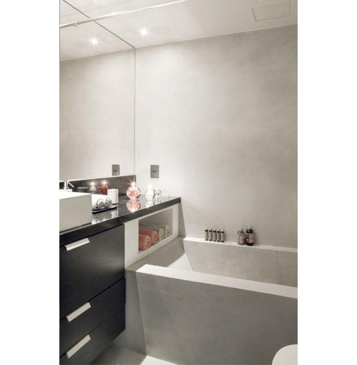 Foi preciso roubar um pedacinho da sala para comportar a banheira de imersão, revestida de cimento polimérico, que se replica no piso e nas paredes