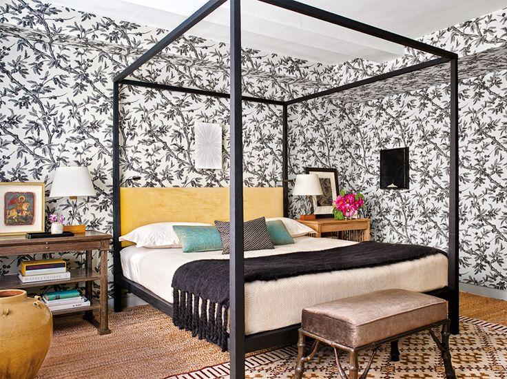 Тканевые обои в спальне сделаны на заказ по рисункам Мадлен Кастен