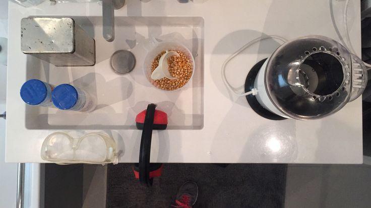 Kinderfeestje thema 'virus'. In de badkamer staat de 'virustransformer, een bakje met virussen, een gehoorbeschermer en een veiligheidsbril. De opdracht is: doe de virussen in de transformer. (Met bril en koptelefoon op) Er ligt ook suiker en zout en bekertjes voor als ze klaar zijn. Het apparaat is een popcorn maker.
