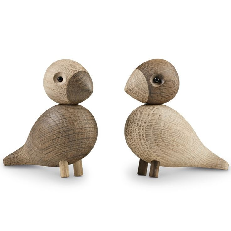 Giv en gave, der holder livet igennem. Kay Bojesens univers af træ-figurer, der for nylig har fået tilføjet sangfugle, har fået et par nye familiemedlemmer. De er mere turtelduer end de er flyvske, som de står der næb mod næb. Dekorative på både skrivebordet og i vindueskarmen, som en lille påmindelse om kærlighed. Det forelskede par er en oplagt gave-idé til bryllupper og til alle, som holder af dansk design.