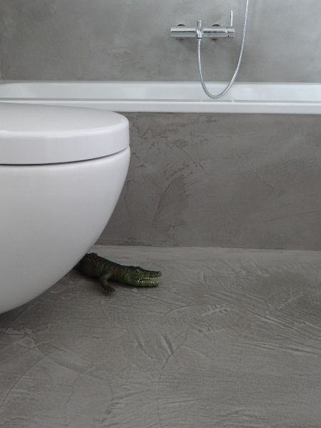 Bad, Dusche und Feuchträume fugenlos in Betonoptik gespachtelt, wasserfeste Wandspachtelung: Zementär Oberflächen GmbH