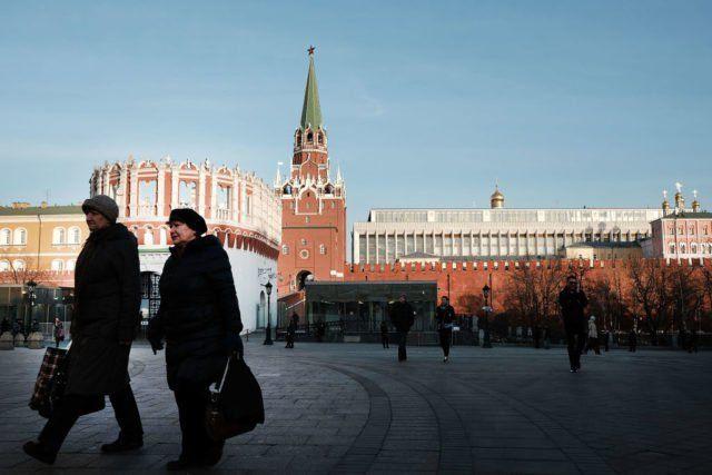 Die EU hat die Russland-Sanktionen um weitere sechs Monate verlängert. Neben den Einreise- und Vermögenssperren gegen 150 Personen, bleiben auch Kontensperrungen für 37 Unternehmen und Organisationen weiterhin bestehen.