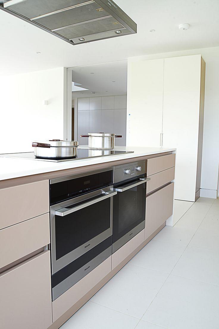 SANTOS kitchen | Cocina con isla diseño Line-E en color Capuccino. Proyecto del distribuidor de Santos en Reino Unido, Kelvin&Co. www.kelvinandco.com #cocinassantos