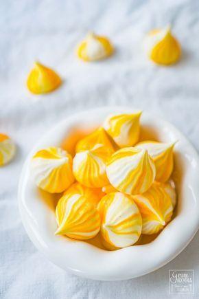 Ihr habt noch Eiweiß übrig? Dann sind unsere Zitronen-Baiserküsschen genau das Richtige. Ganz einfach gemacht und optisch durch die Streifen ein echtes Highlight. Aber nicht nur als Resteverwertung sind die Lemon Meringues super, auch als Gebäck zum Kaffee eignen sie sich.
