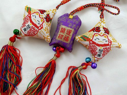 3-JAPANESE-WHITE-LUCKY-CAT-FENG-SHUI-HANGING-CHARM-CAR-CHINESE-BIRTHDAY-PARTY ?game prizes?