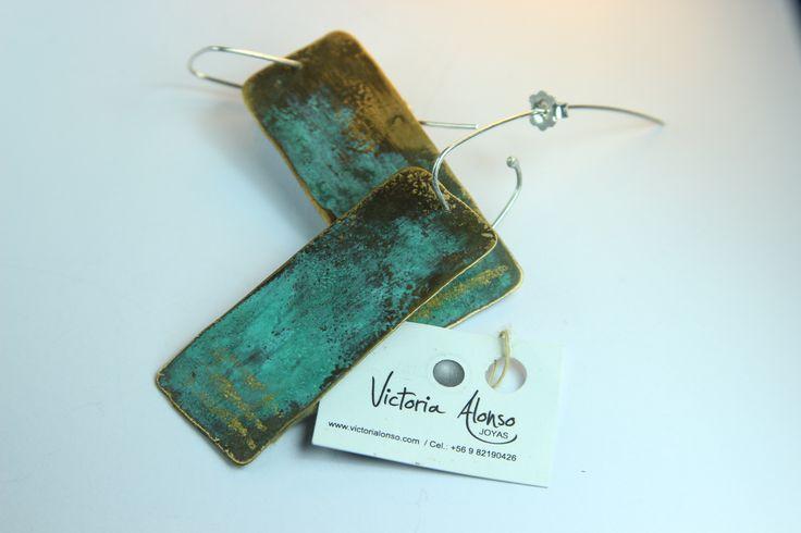 Hermosos aros de bronce patinados con oro de 23 quilates y ganchos de plata ley. Colección Origen by Victoria Alonso. www.victorialonso.com