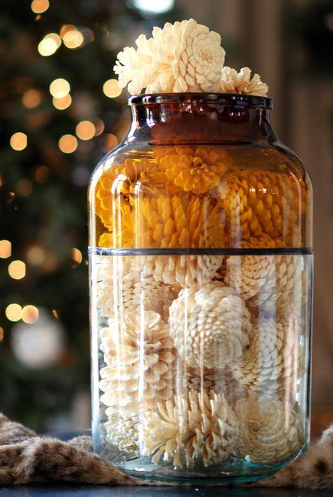 Un #vaso di #vetro con delle #pigne dipinte di bianco, che bell'idea! - #vetro #glassislife #faidate