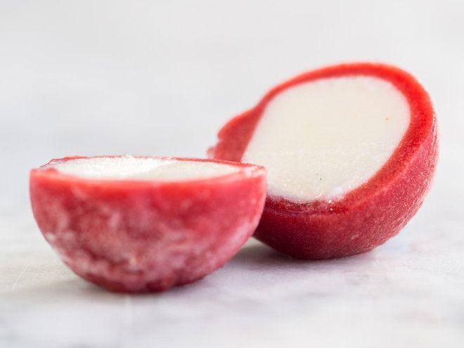 Frozen yogurt in edible packaging