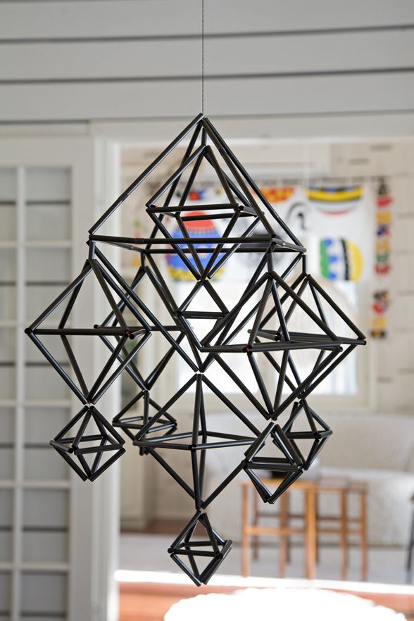 Himmelisten Eija Koski: Den här traditionella himmelmodellen är gjord av svart sugrör.