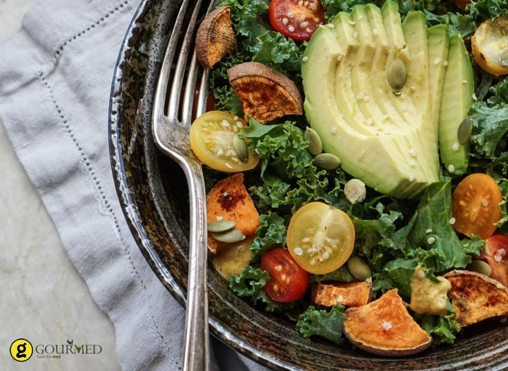 Σαλάτα με αβοκάντο ψητή γλυκοπατάτα και σως πορτοκάλι μέλι - gourmed.gr