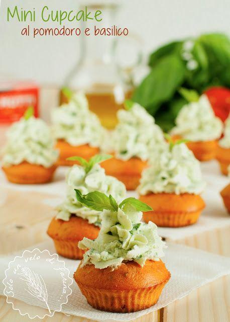 Mini Cupcakes al Pomodoro con Frosting di Formaggio Spalmabile al Basilico