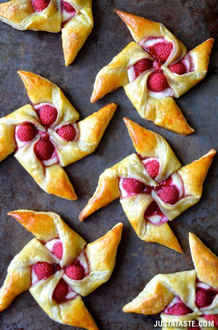 Raspberry & Cream Cheese Pinwheel Pastries #Recipe. Super easy & delicious! #food #dessert