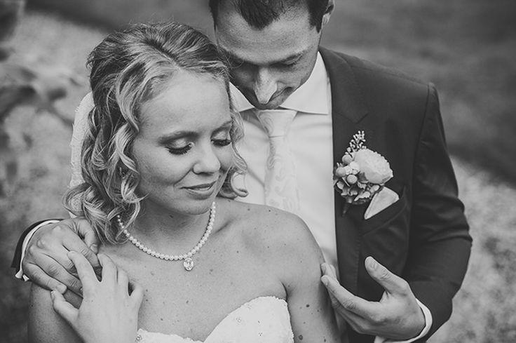 Couple posing on their wedding, groom caressing his bride with his hand / Bruidspaar pose op hun bruiloft, bruidegom geeft zijn bruid een streling. Made by me / Gemaakt door mij: www.fotozee.nl Ik ben graag jullie trouwfotograaf! photography trouwfoto's trouwfotografie bruidsfotografie