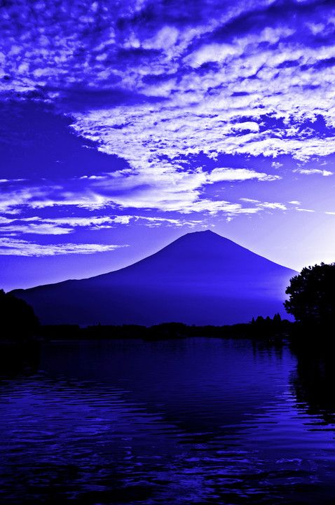 今朝の田貫湖で日の出の時間帯の様子です。 ダイヤモンド富士や逆さ富士が有名ですが、 富士山上空の雲の広がりが面白かったので色づけして雰囲気を強調しました。