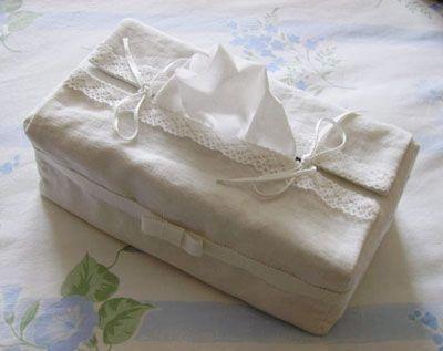 Pour faire un petit cadeau, du tissu, une jolie dentelle... ça fait toujours plaisir et c'est très facile à faire Un patron de couture gratuit pour une housse de boîte à mouchoirs Confectionnons une housse de boîte à mouchoirs en tissu pour rendre plus...