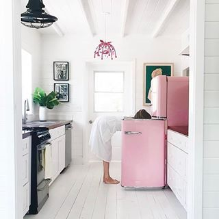 Sunday morning vibes @graybenko #bahamas #kitchen #pink #holidaymode
