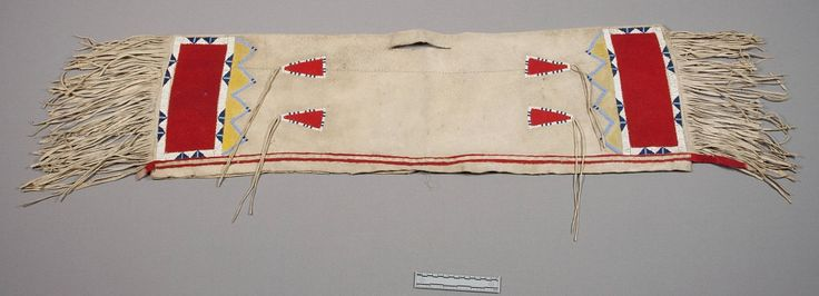 """Двойная кожаная седельная сумка, Шайены. Maj. James M. Bell. Дата поступления: 1868 год. Уошита, Индейская Территория/Оклахома. Надпись: """"Захвачена при уничтожении группы BLACK KETTLE'S в 1868 году."""" NMNH."""