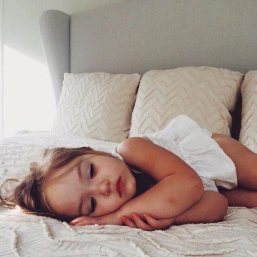 Hj queria te ver assim. Dormindo na minha cama, com saúde, paz. Eu estaria tomando conta de ti, como um pai olha a sua filha. Com muito carinho e atenção. Hj eu vou dormir sozinho pensando nisso. Pensando em vc dormindo feliz. Um dia comigo feliz