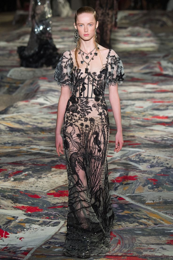 Alexander McQueen Spring 2017 Ready-to-Wear Fashion Show - Rianne van Rompaey