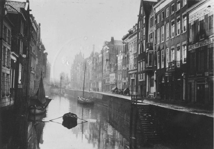 Boerensteiger in de stad. In het oude centrum van Rotterdam had je op vele plekken water. De havenactiviteiten vonden middenin het centrum plaats. Zo kon je in de stad bij wijze van spreken nog de geur van teer, pek en touw opsnuiven. Of dat altijd lekker rook is de vraag. De Boerensteiger was de naam voor het stuk van de Steigersgracht waar vooral schepen lagen van groente- en visboeren uit de omgeving van Rotterdam. De huizen stonden vlak langs de gracht. Het moet een prachtig gezicht…