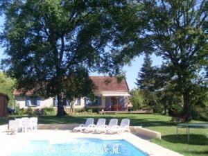 Vakantiehuis: vrijstaand vakantiehuis 8 pers. 2 bdk , prive zwembad, grote tuin privacy relax ruimte te huur voor uw vakantie in Dordogne (Frankrijk).