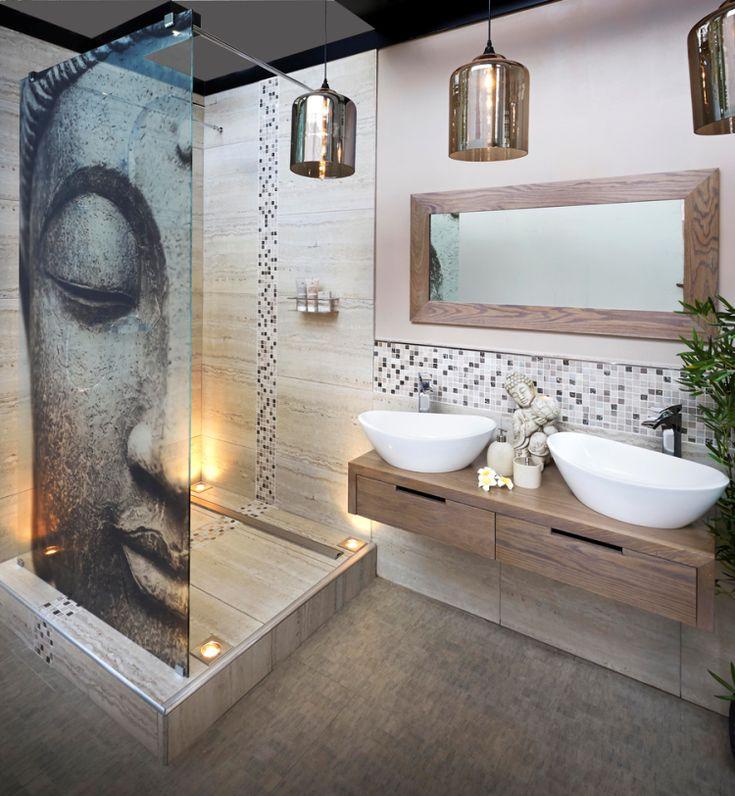 aménagement petite salle de bain avec cabine de douche, vasques à poser et suspensions en laiton
