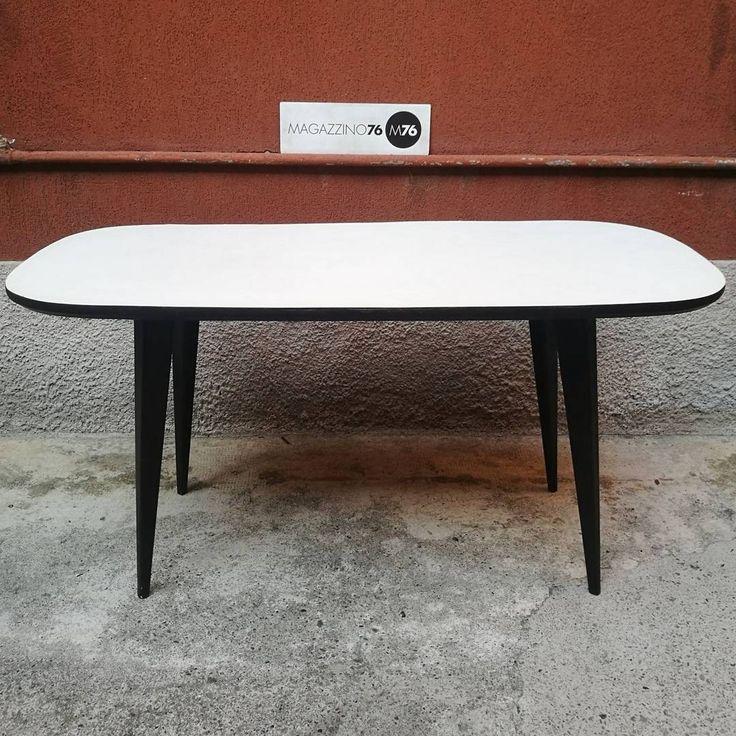 Tavolo da pranzo ovale, anni 50, in legno e formica bianca. In buone condizioni generali. Possibilità di personalizzare il colore del piano, sostituendo la formica, il lavoro verrà eseguito presso il nostro laboratorio di restauro.  Misure 160x80x76h #magazzino76 #viapadova76 #M76 #milano #modernariato #antiquariato #vintage #design #restauromobili #tavolo #anni50 #formica #tavoliovali #table #midcenturyfurniture #oval #midcentury #arredamento #restauri #restauromodernariato #tappezzeria