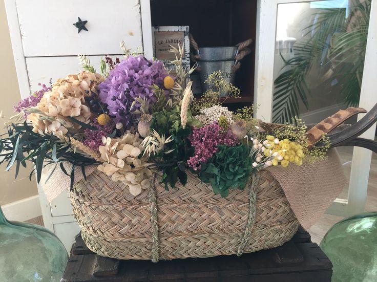 Cesta con flores preservadas y secas.