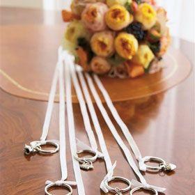 リボンの先に指輪やチュッパチャップスを結んで一緒にプレゼント♡ 披露宴、二次会、1.5次会で使えるブーケプルズのアイデアまとめ。