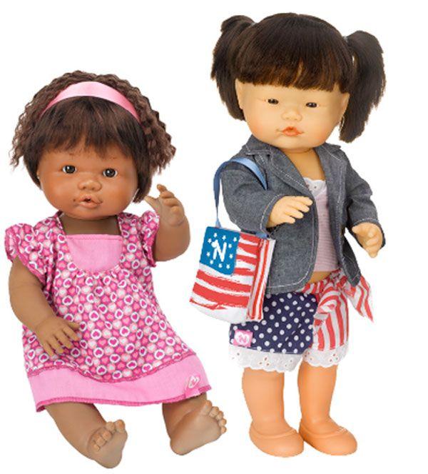 Famosa a favore delle diversità culturali con le bambole Nenuco Nel Mondo
