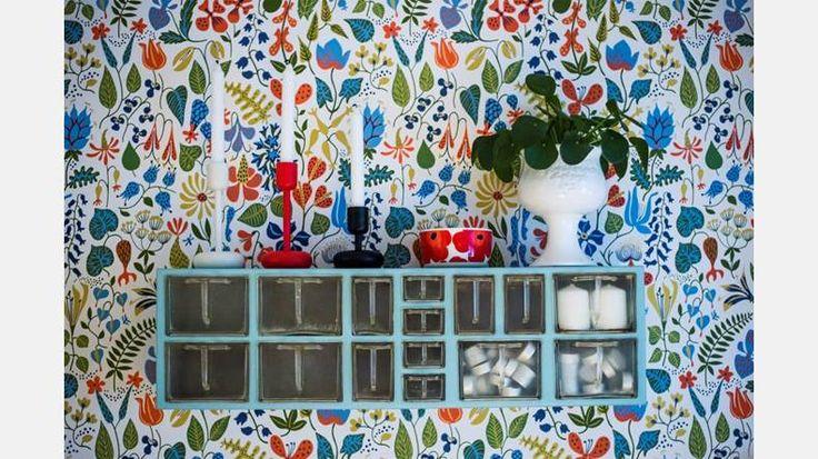 Budgivning. Den numera turkosa hyllan ropades hem på auktion och hänger nu på matplatses färgglada fondvägg.   Bild: Thea Holmqvist