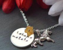 Hakuna Matata, Halskette zitieren, der König der Löwen, Disney Schmuck, Hand gestempelt Schmuck, Damen-Geschenk, Geschenke für sie, bedeutet keine Sorgen