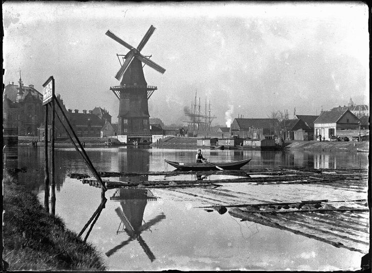 Amsterdam 1896. Lozingskanaal gezien naar korenmolen De Gooyer (Funenkade 5). Links: gereformeerde Funenkerk (Zeeburgerstraat 14-16) en rechts het Zeeburgerpad.. Foto: Jacob Olie